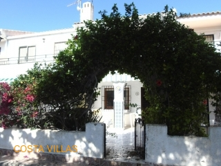 Traditional 3 bed 2 bath house with communal pool