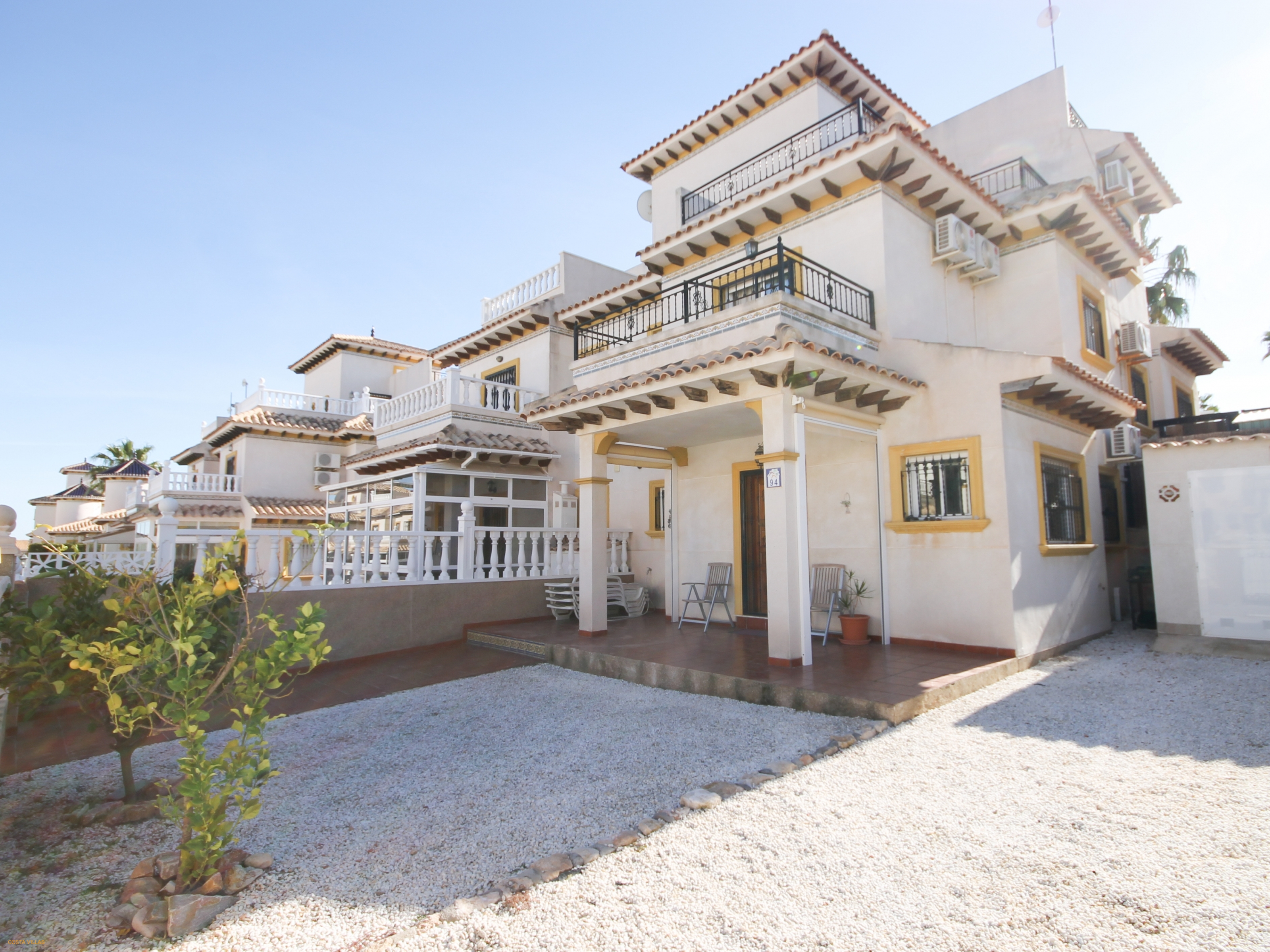 Immaculate 2 bed, 1/2 bath house with communal pool